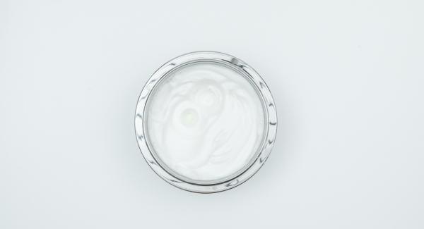 Separar los huevos y batir la clara con sal a punto de nieve.