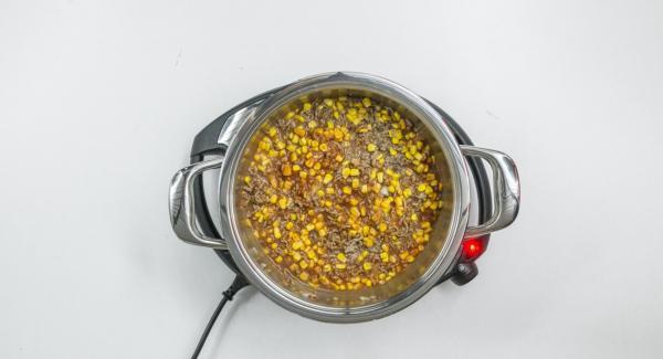 """Cuando el Avisador (Audiotherm) emita un pitido al llegar a la ventana de """"chuleta"""", añadir la carne picada con la mezcla de cebolla y freír. Añadir el maíz y la salsa de tomate, sazonar y mezclar bien."""