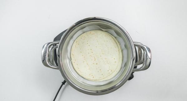 Una vez transcurrido el tiempo de cocción, destapar y colocar al Accesorio Súper-Vapor con las tortitas sobre la olla con la carne.