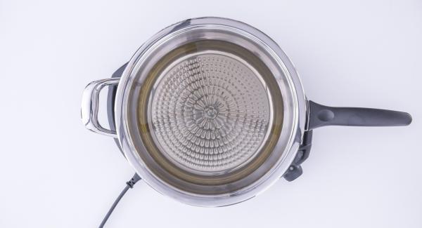 """Mezclar la harina, la cerveza y la sal hasta formar una masa. Utilizarla para rebozar el pescado. Verter el aceite en la sartén y tapar. Colocar la olla en el Navigenio a temperatura máxima (nivel 6). Encender el Avisador (Audiotherm), colocarlo en el pomo (Visiotherm) y girarlo hasta que se muestre el símbolo de """"chuleta""""."""
