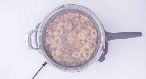 Tapar y acabar de cocinar, comprobando el punto de cocción del pescado de vez en cuando. Al finalizar la cocción, sacar el pescado de la sartén, dejar que se seque y servir.