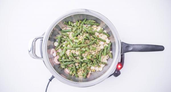 """Cuando el Avisador (Audiotherm) emita un pitido al llegar a la ventana de """"chuleta"""", agregar las orejitas, agua (una taza por cada taza de pasta), las gambas, los pistachos, las puntas de espárragos y una pizca de sal."""