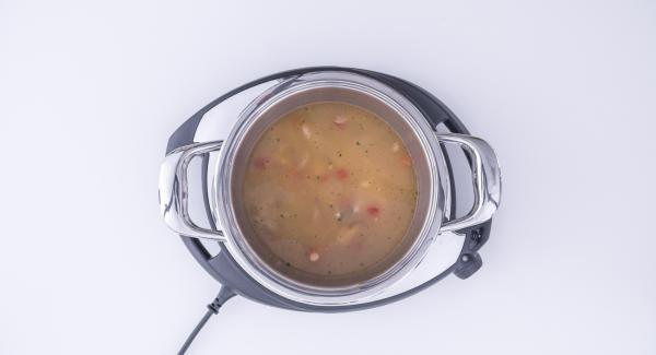 Verter el arroz a la olla utilizando una taza para medir la cantidad adecuada y agregar dos tazas de caldo de pescado por cada taza de arroz. A continuación, incorporar la mezcla de marisco
