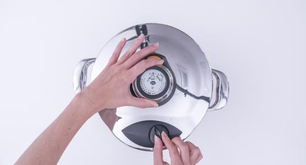 Al finalizar el tiempo de cocción, retirar la olla del Navigenio, colocarla en una superficie resistente al calor y despresurizar la Tapa Rápida (Secuquick Softline) pulsando el botón amarillo.