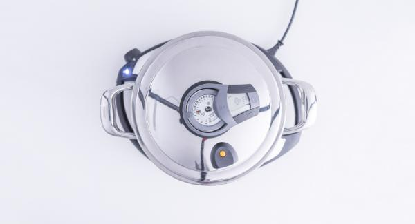 Cuando el Avisador (Audiotherm) emita un pitido al finalizar el tiempo de cocción, añadir el líquido de la cocción a la mezcla, quitar las cáscaras vacías y rellenar con la mezcla las que contienen molusco.