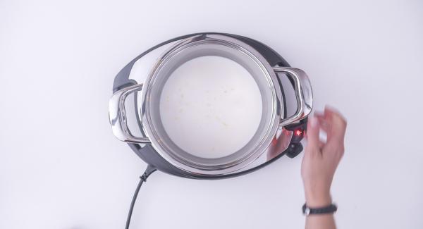 Verter la leche en la olla con un trozo de piel de limón y la vaina de vainilla cortada longitudinalmente. Colocar la olla en el Navigenio a temperatura máxima (nivel 6) y calentar la leche hasta que esté a punto de hervir.