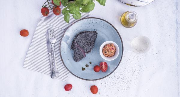 Al finalizar el tiempo de cocción, sacar los filetes y servirlos junto con la ensalada mediterránea