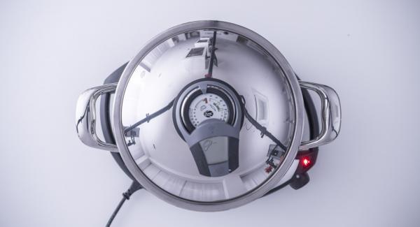 """Cuando el Avisador (Audiotherm) emita un pitido al llegar a la ventana de """"chuleta"""", retirar la olla y colocarla sobre la tapa invertida e introducir la masa que deberemos pinchar con un tenedor para que no se infle demasiado."""