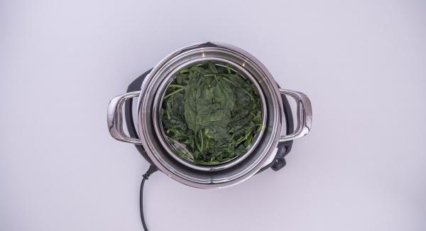 Cuando el Avisador (Audiotherm) emita un pitido al finalizar el tiempo de cocción, sacar las espinacas, escurrirlas y dejarlas enfriar en un bol.