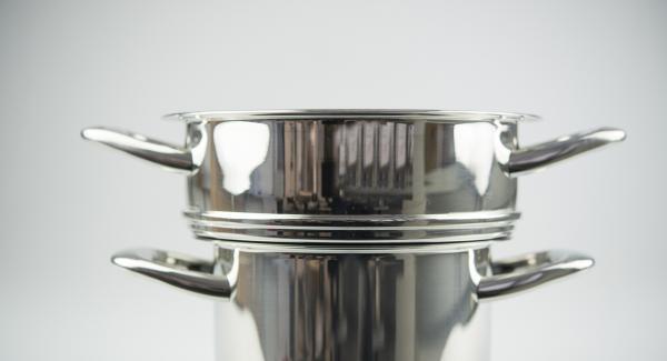 Formar ocho albóndigas y colocarlas en el Accesorio súper-vapor previamente engrasado con la mantequilla. Verter otra taza de agua en la olla, colocar el Accesorio súper-vapor con las albóndigas encima y tapar.