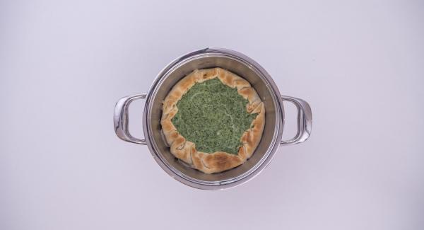 Poner la olla en su tapa invertida. Colocar el Navigenio en modo de horno (poniéndolo invertido encima de la olla) y ajustar a temperatura alta. Cuando el Navigenio parpadee en rojo/azul, introducir 6 minutos en el Avisador (Audiotherm) y hornear. Cuando el Avisador (Audiotherm) emita un pitido al finalizar el tiempo de cocción, comprobar si la torta está bien cocida. Retirarla dejarla enfriar antes de servir.