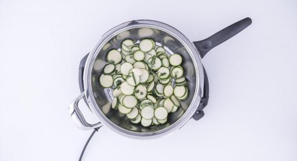 Introducir los calabacines en la sartén, incorporar el diente de ajo, el orégano y el romero.