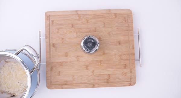 Cuando se haya derretido todo el parmesano, retirar el círculo de papel encerado de la olla y dar forma de cesta al queso utilizando la parte trasera de un recipiente pequeño de acero. Dejar que las cestas se enfríen antes de rellenarlas.