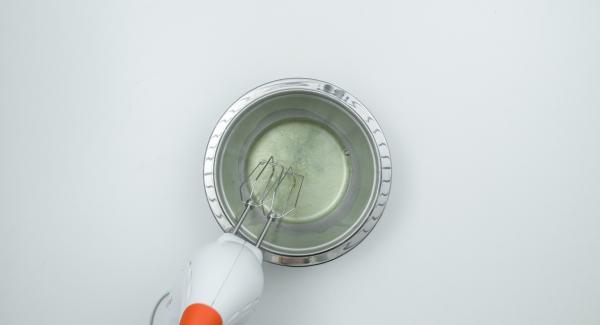 Separar los huevos y batir las claras con sal. Mezclar la maizena con un poco de leche. Poner el resto de la leche a hervir en un recipiente para la leche. Agregar la mezcla de maizena y azúcar y llevar a ebullición removiendo continuamente.