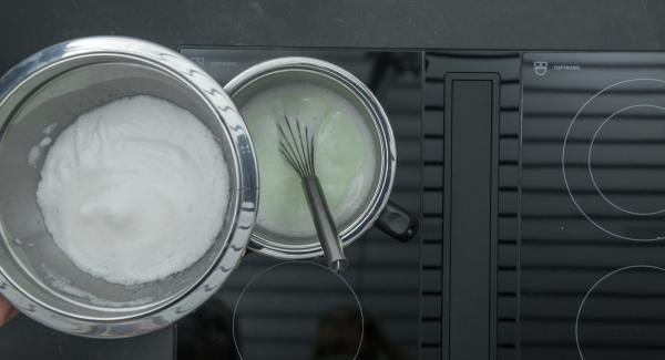 Añadir las claras de huevo batidas en porciones y llevarlas a ebullición de nuevo. Verter la mezcla en un tazón o repartirlo en 6 recipientes individuales. Espolvorear con nueces y dejar enfriar.