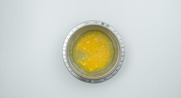 Mezclar las yemas de huevo con el azúcar de vainilla, el azúcar restante y la maizena en un bol y añadir el vino, removiendo bien.