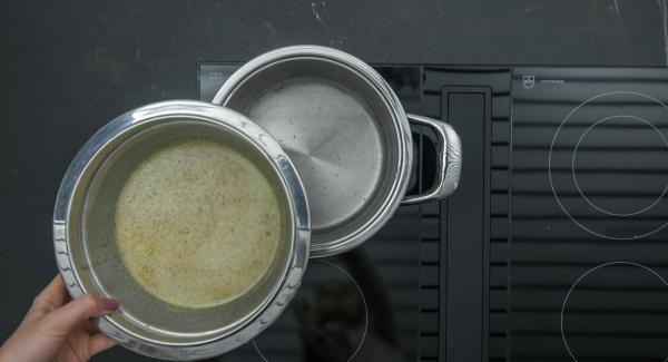 Verter agua (1 l) en una olla. Colocarla en el fuego a temperatura máxima. Calentar el agua hasta que hierva, bajar la temperatura e introducir el bol combi en la olla.