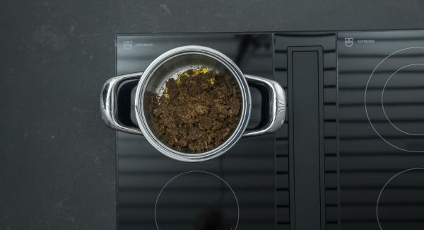 Retirar la olla del fuego y agregar las migas de pan de centeno. Colocar en una hoja de papel de hornear y dejar enfriar.