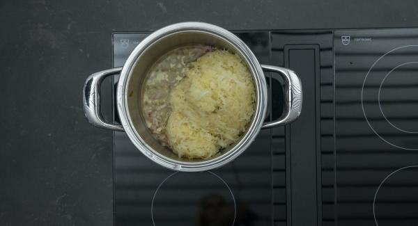 """Añadir el chucrut (col fermentada), el vino blanco y 50 ml de zumo de piña. Tapar con la Tapa Rápida (Secuquick Softline). Encender el fuego a temperatura máxima, calentar la olla hasta la ventana de """"soft"""", bajar temperatura y cocinar 15 minutos con el Avisador (Audiotherm)."""