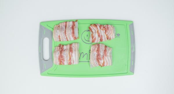 Sazonar los filetes de pescado con sal y pimienta y rociar con zumo de limón. Dividir los filetes en porciones y envolverlos con el bacon.