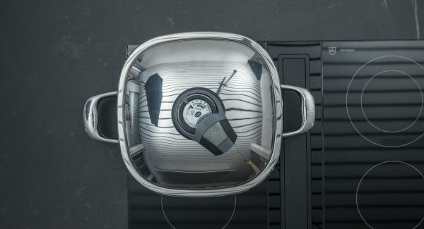 """Cuando el Avisador (Audiotherm) emita un pitido al llegar a la ventana de """"chuleta"""", bajar la temperatura y colocar los paquetes de pescado. Tapar y cocinar hasta alcanzar los 90º C con ayuda de Audiotherm ."""
