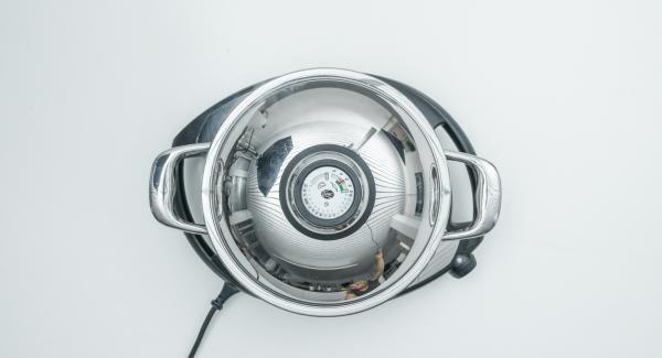 Al alcanzar los 90 °C, dar la vuelta a las brochetas. Apagar el Navigenio. Volver a tapar y dejar cocinar durante 1 minuto con el calor residual.