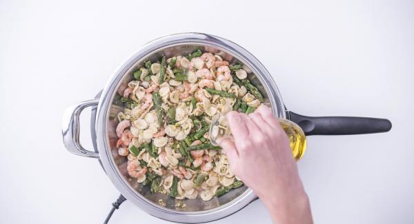 Cuando el Avisador (Audiotherm) emita un pitido al finalizar el tiempo de cocción sazonar con un poco de aceite, remover y servir.