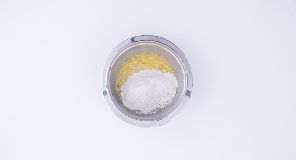 Pelar la manzana y triturarla pequeña en el Quick Cut. Batir los huevos y el azúcar conjuntamente en un bol. Añadir la harina y el aroma de almendra. A continuación, incorporar el queso, la levadura, las pepitas de chocolate y la manzana troceada. Mezclarlo todo bien.