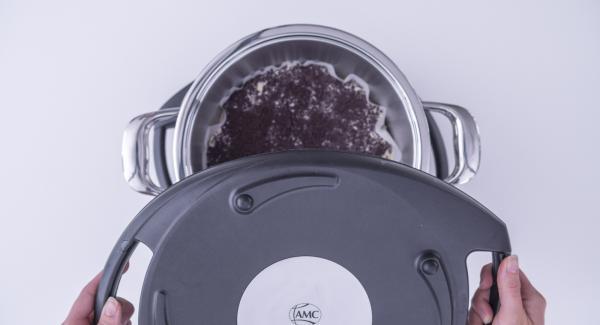 Colocar la olla en el Navigenio o en el fuego a temperatura baja (nivel 2). Colocar un segundo Navigenio en modo de horno (poniéndolo invertido encima de la olla) y ajustar a temperatura baja. Cuando el Navigenio parpadee en rojo/azul, introducir 30 minutos en el Avisador (Audiotherm) y hornear.