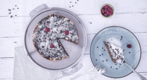 Cuando el Avisador (Audiotherm) emita un pitido al finalizar el tiempo de cocción, sacar la tarta con la ayudar de los bordes del papel de horno y colocarlo en un plato . Adornar con azúcar glas y servir.