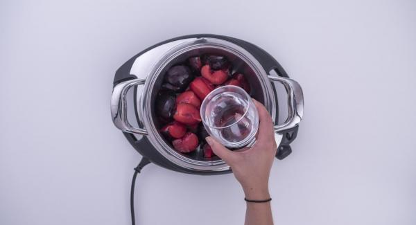 Cortar las ciruelas a cuartos e introducirlas en la olla junto con 100 ml de agua. Tapar con la Tapa Súper-Vapor (EasyQuick) con el aro de sellado de 20 cm.