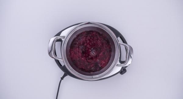 Cuando el Avisador (Audiotherm) emita un pitido al finalizar el tiempo de cocción, detapar y agregar el sirope de arce a la mezcla.