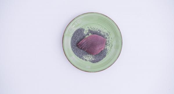 Trocear el queso feta, los tomates cherry y las aceitunas en el Quick Cut y aliñarlo todo con un poco de aceite. Espolvorear los filetes de atún con las semillas de amapola.