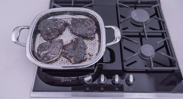 Al alcanzar los 90 °C, dar la vuelta a los filetes de atún y acabar de cocinar al gusto.