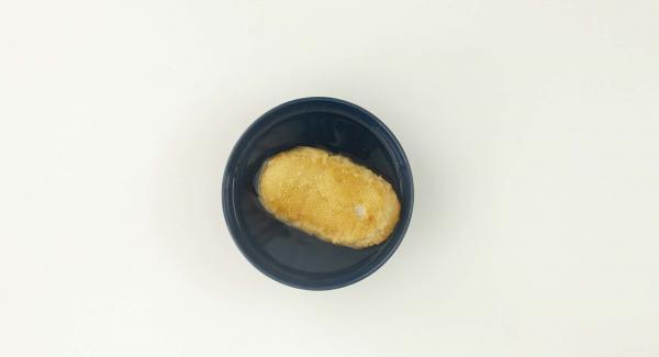 Sumergir el panecillo en agua caliente. Cortar el chorizo en trozos pequeños. Pelar la cebolla, el ajo, y el tomillo picarlos con el Quick Cut.