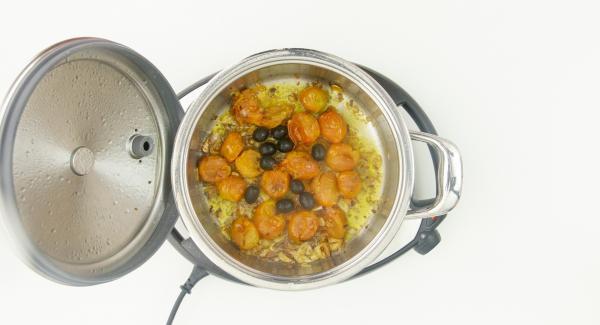 Cuando el Avisador (Audiotherm) emita un pitido al finalizar el tiempo de cocción, destapar y añadir las olivas en rodajas y los trozos de bacalao.