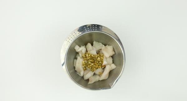 Mezclar los ingredientes del adobo en un mortero. Añadir el pescado y dejar macerar 1 noche.