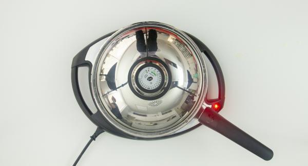 """Cuando el Avisador (Audiotherm) emita un pitido al llegar a la ventana de """"chuleta"""", bajar temperatura de Navigenio (nivel 4), destapar, añadir la mitad del pescado y volver a tapar."""