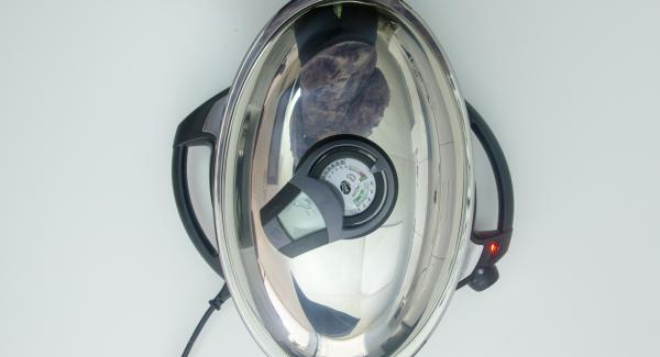 """Cuando el Avisador (Audiotherm) emita un pitido al llegar a la ventana de """"chuleta"""", mantener la temperatura. Untar los lomos en 1 gota de aceite de oliva y colocarlos en la Oval Grill. Tapar y volver a colocar el Avisador (Audiotherm) en el pomo en el símbolo de """"chuleta""""."""