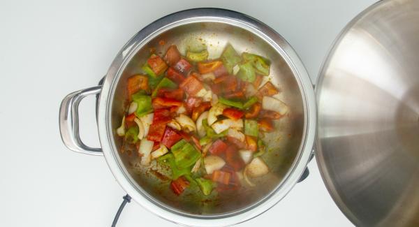 """Cuando el Avisador (Audiotherm) emita un pitido al llegar a la ventana de """"chuleta"""", bajar temperatura de Navigenio (nivel 2) y verter el aceite, el ajo, la cebolla, los pimientos, la salsa de tomate y la pulpa de choricero. Remover y tapar."""