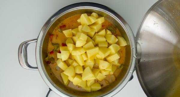 Cuando el Avisador (Audiotherm) emita un pitido al finalizar el tiempo de cocción, destapar, añadir las patatas y el caldo de pescado. Remover.
