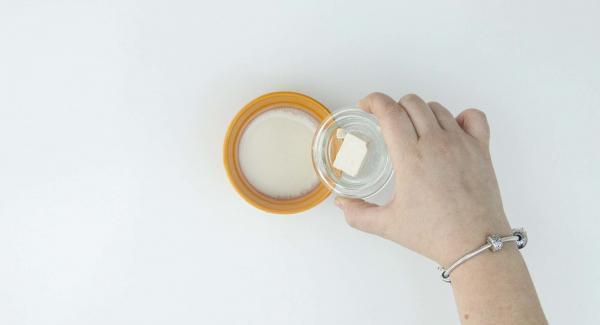Mezclar la levadura con leche templada. Añadir el resto de ingredientes.