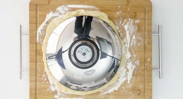 Aplanarla y darle forma redonda, para que pueda entrar en la olla.