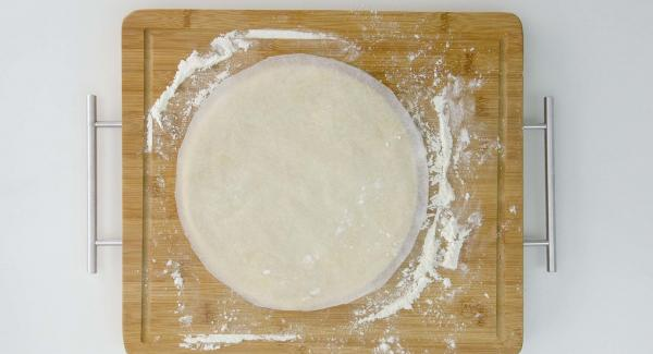 Aplanar la masa y darle forma redonda con la ayuda de la tapa de 24cm. Introducirla en la olla y decorar.