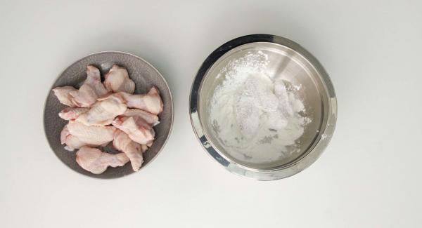 Rebozar las alitas en la maicena. Golpear para quitar el exceso de harina.