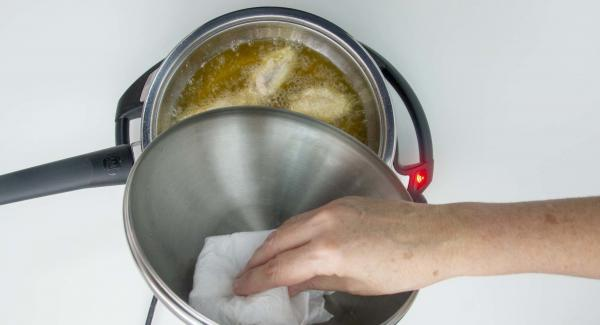 Destapar y secar la tapa con papel secante cada vez que el pomo alcance los 98ºC.