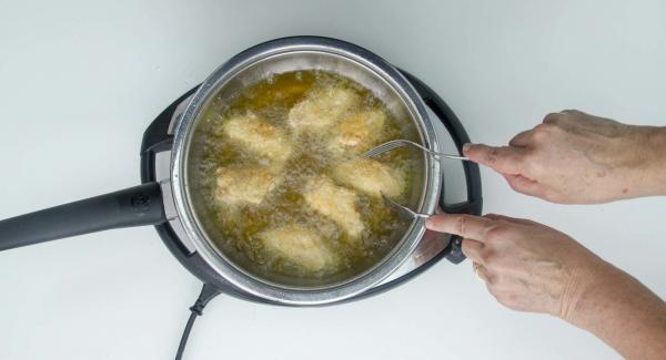 Controlar visualmente la fritura hasta que tome un bonito color dorado (tardará unos 7-9 minutos).