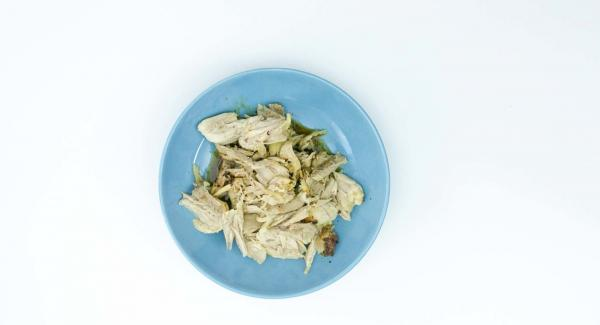 Cuando el Avisador (Audiotherm) emita un pitido al finalizar el tiempo de cocción, retirar el pollo y deshuesar.