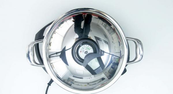 """Añadir el pollo + caldo a la Paellera en fría y colocarla en el Navigenio a temperatura máxima (nivel 6). Encender el Avisador (Audiotherm), colocarlo en el pomo (Visiotherm) y girar hasta que se muestre el símbolo de """"chuleta""""."""