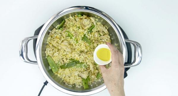 Destapar, añadir un chorro de aceite de oliva virgen, sal y pimienta. Remover para unificar el conjunto y listo.